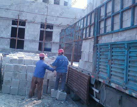 安徽水泥发泡保温板工地卸车过程